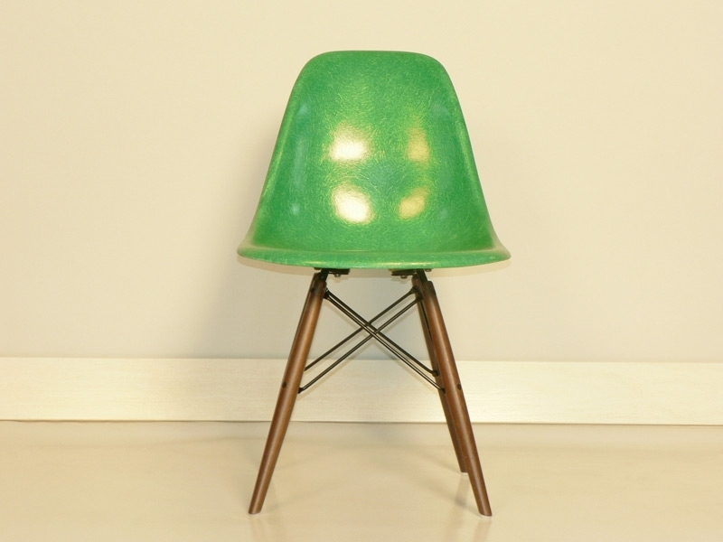 Chaise charles et ray eames fibre de verre original verte for Dsw fibre de verre