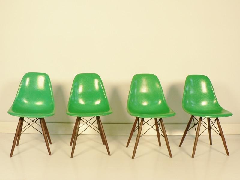 Chaise charles et ray eames fibre de verre original verte for Chaise verte