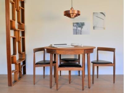 Table ronde chaises tripode Hans Olsen frem rojle vintage maison simone nantes